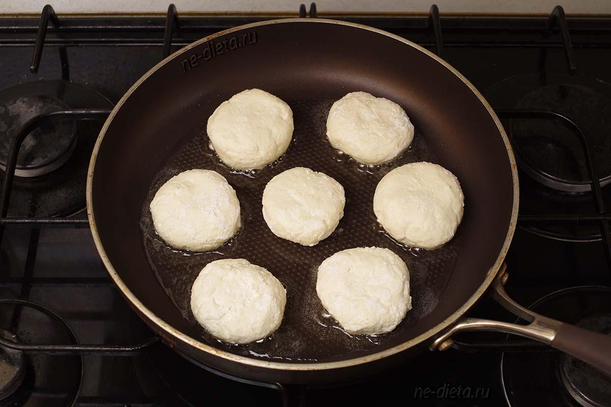 Обжарить сырники с одной стороны