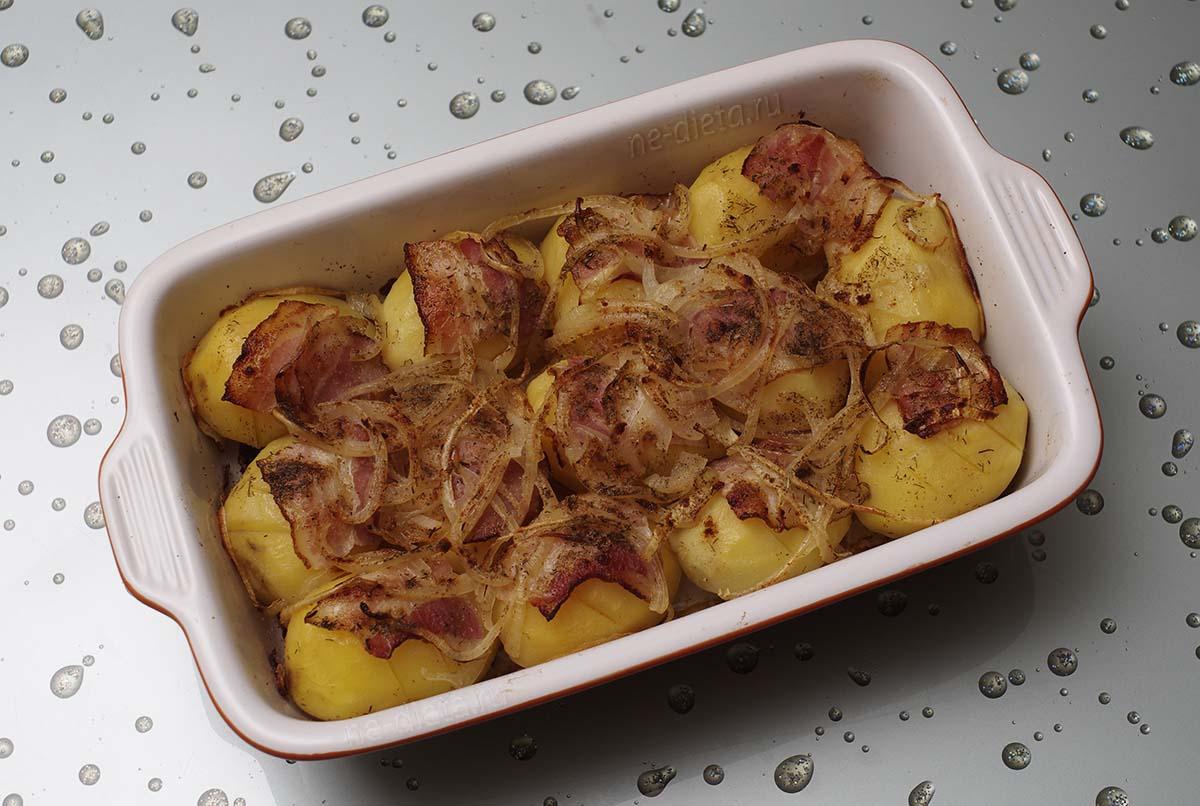 Картошка с беконом, запеченная в духовке