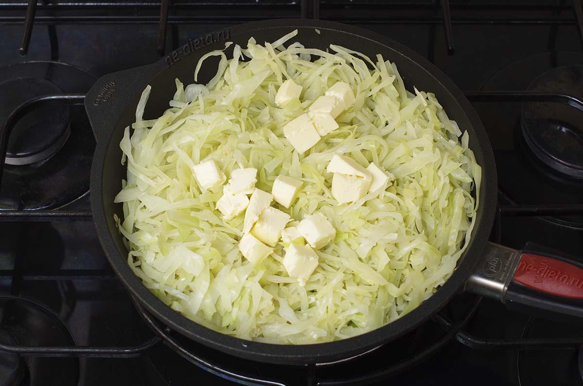 Капусту потушить с луком и сливочным маслом