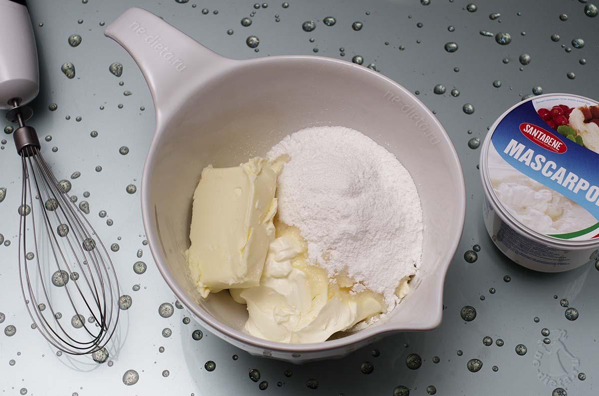 В миску выложить маскарпоне, сливочное масло, сахарную пудру и коньяк