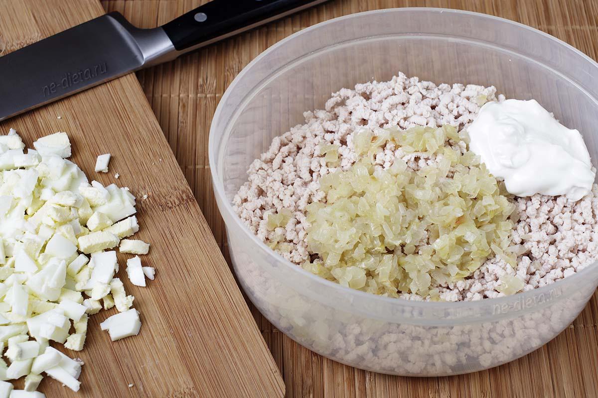 Смешать куриный фарш, лук, сметану, бульон и растопленное масло