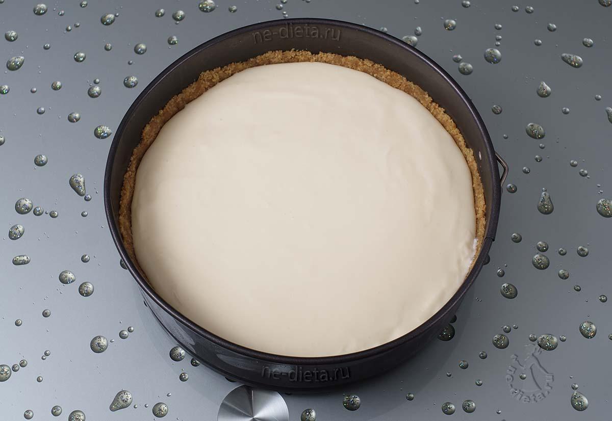 Творожное суфле вылить на шоколадный слой