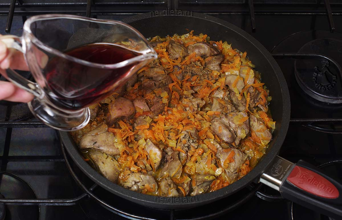 В сковороду влить вино