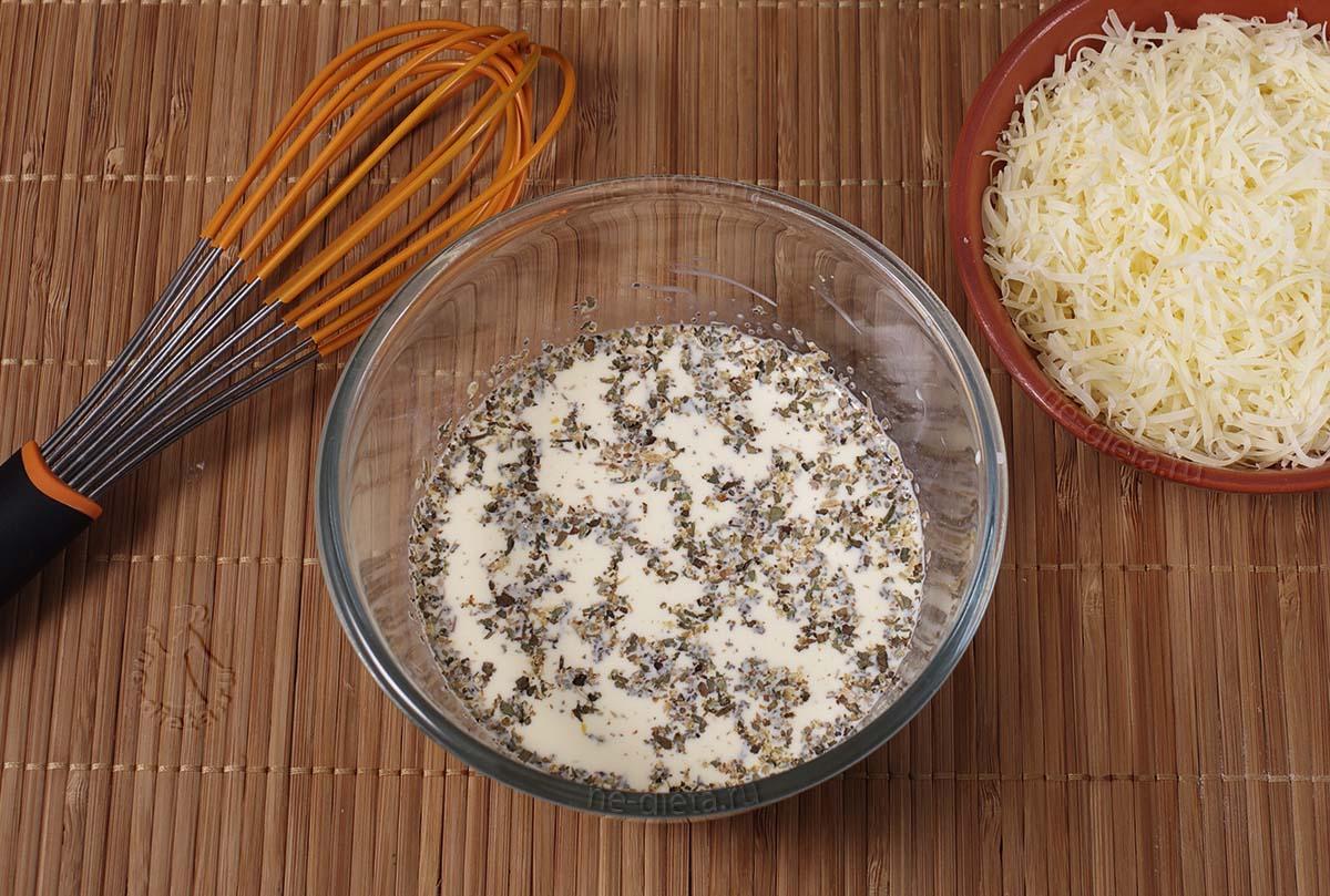 Желтки смешать со сливками, солью и специями