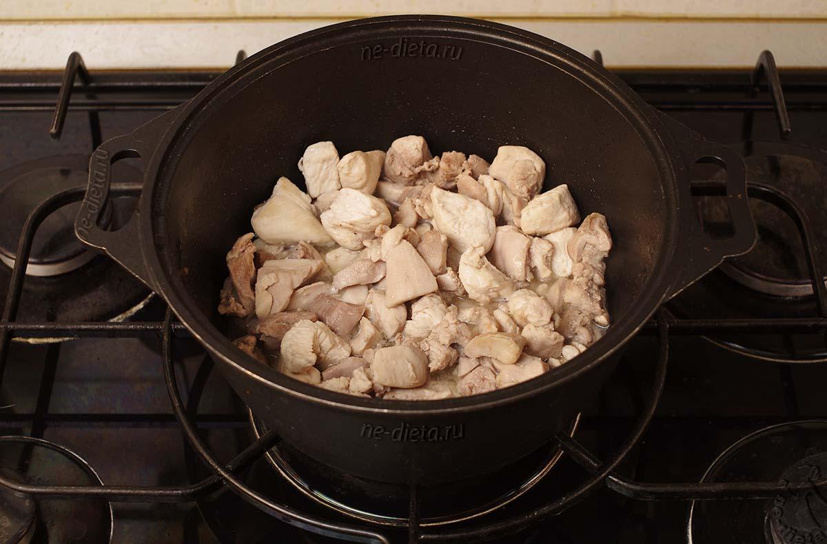 Обжарить курицу в казане