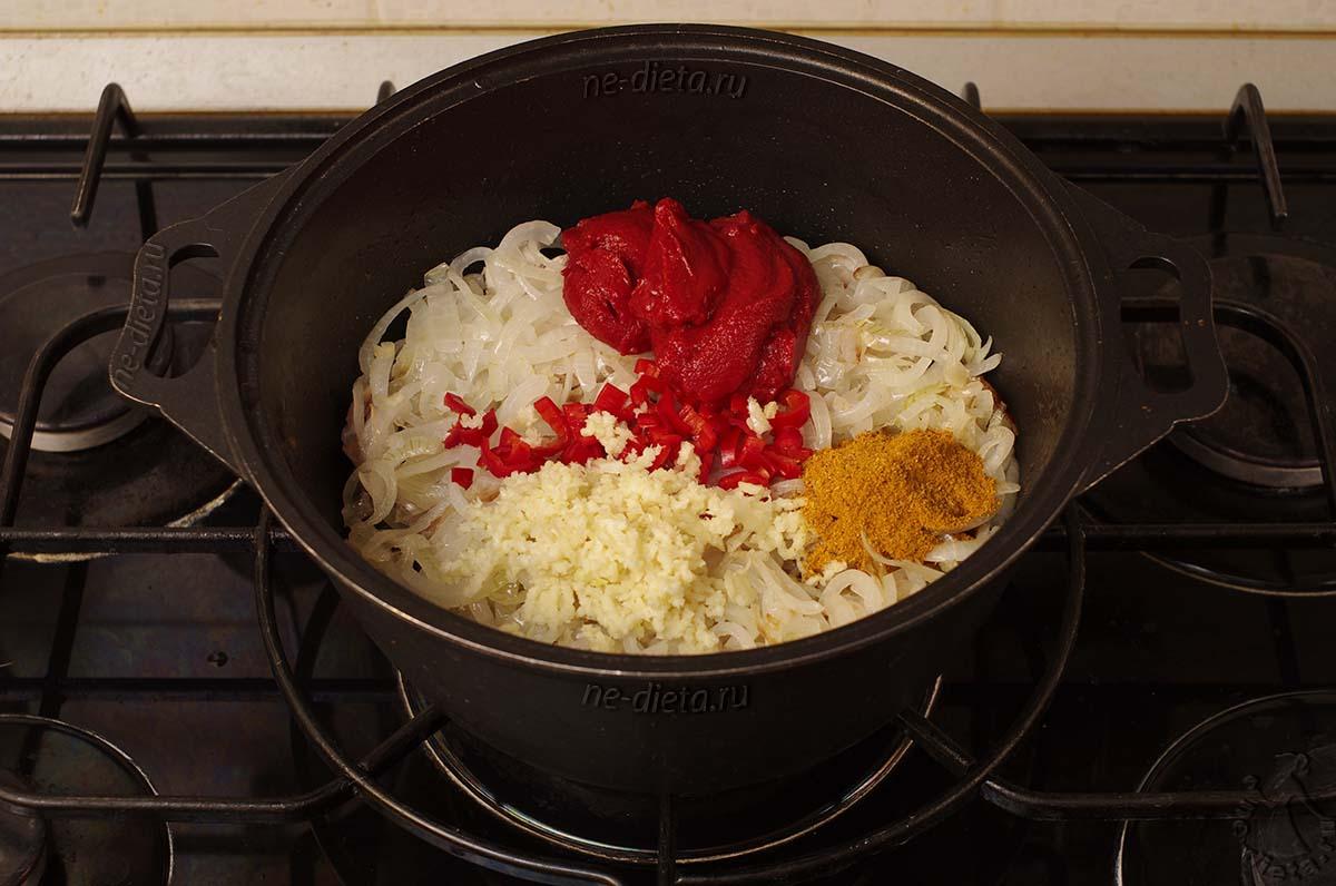 Добавить чеснок, томатную пасту и карри