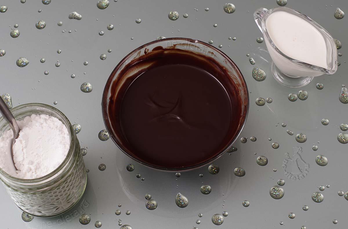 В шоколад добавить сметану и сахарную пудру