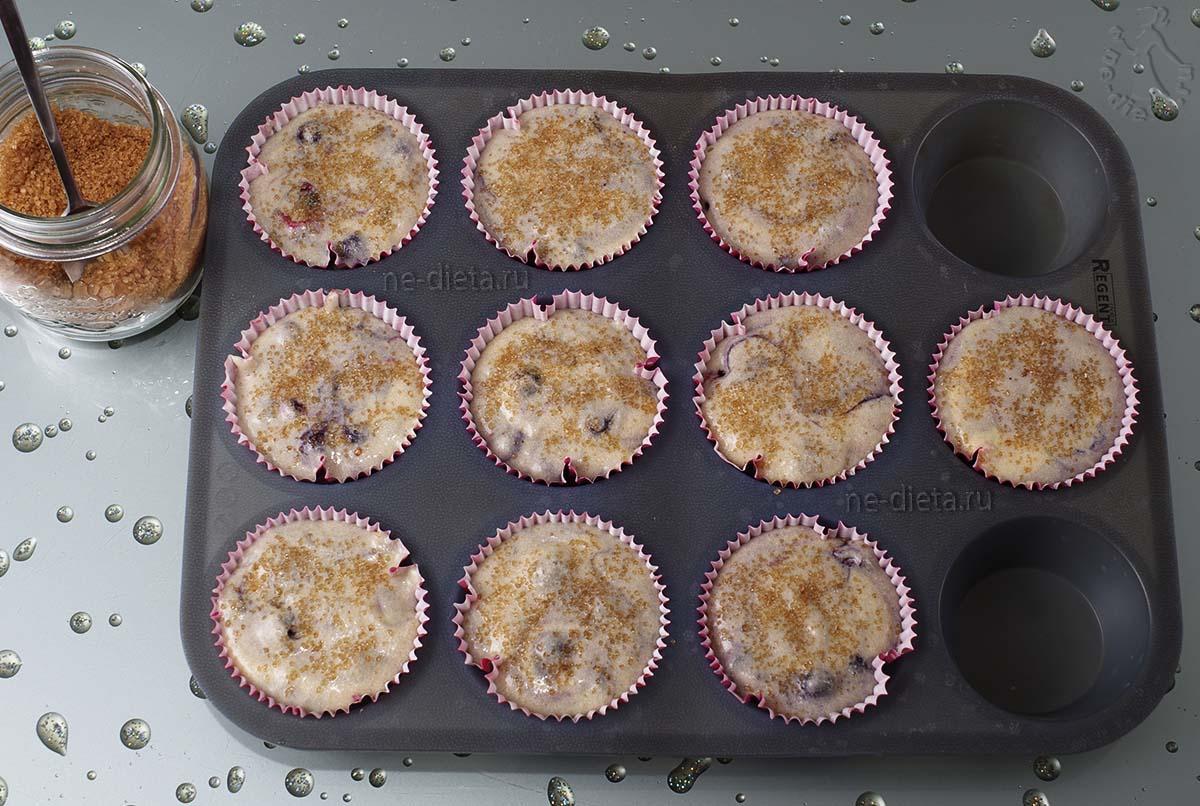 Посыпать маффины ванильным или коричневым сахаром