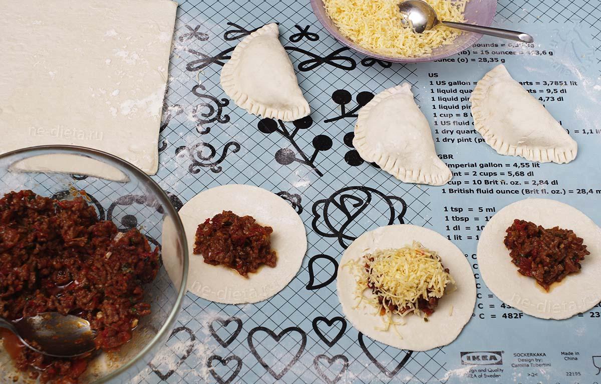 Вылепить пирожки эмпанадас с мясом и сыром