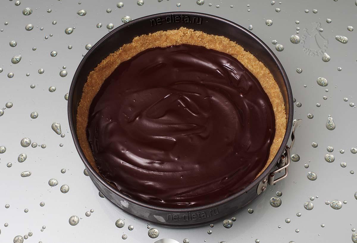 Вылить шоколад на песочную основу