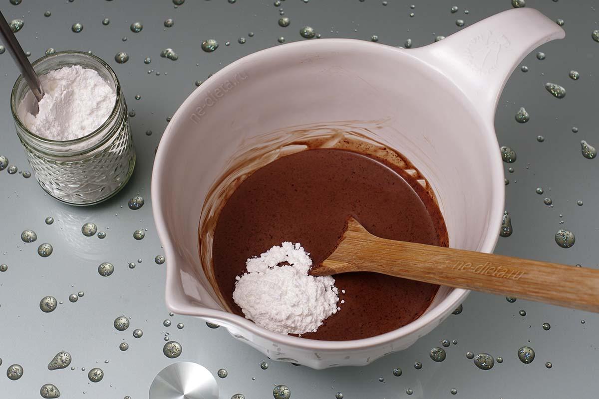 В крем добавить сахарную пудру