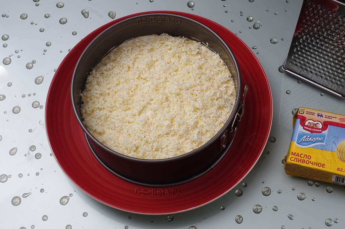 На слой сыра натереть сливочное масло