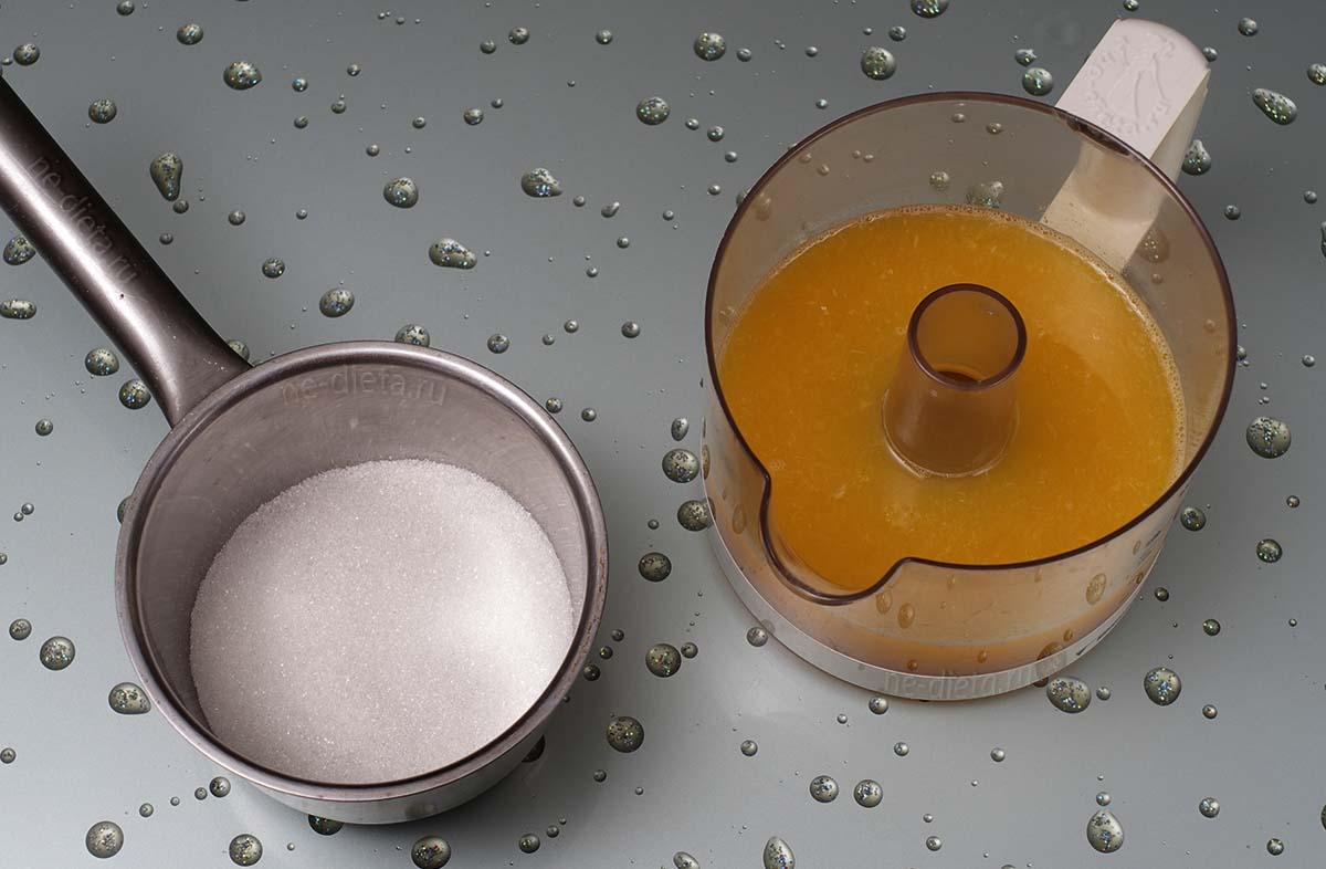 Смешать сахар и апельсиновый сок