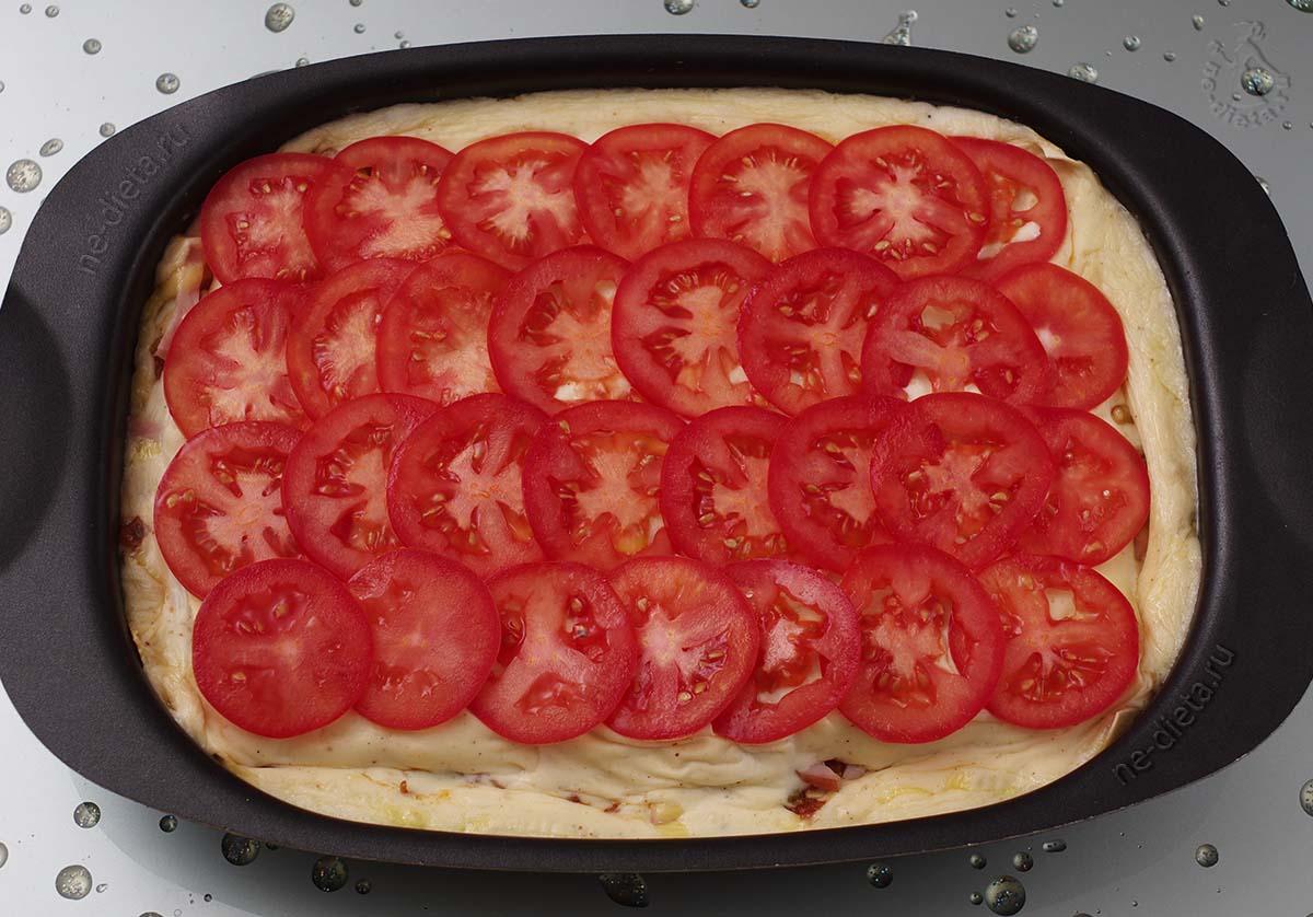 На лазанью выложить помидоры