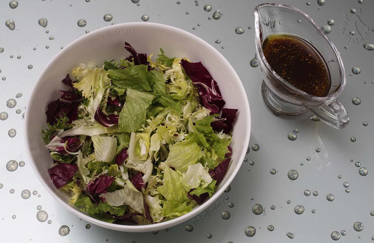 В миску выложить листовой салат