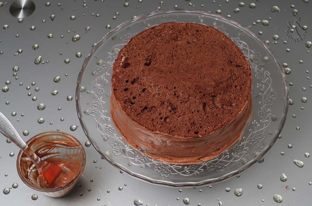 Положить все коржи, бока торта обмазать кремом
