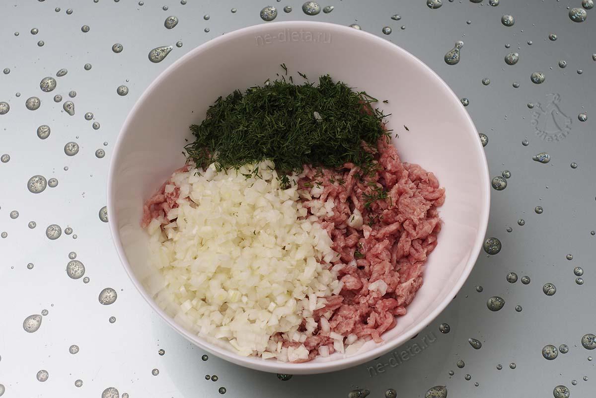 Смешать мясной фарш, измельченный лук и зелень