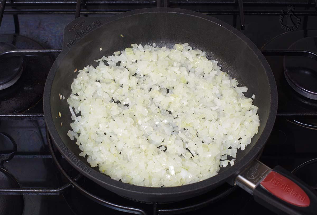 Обжарить лук и чеснок