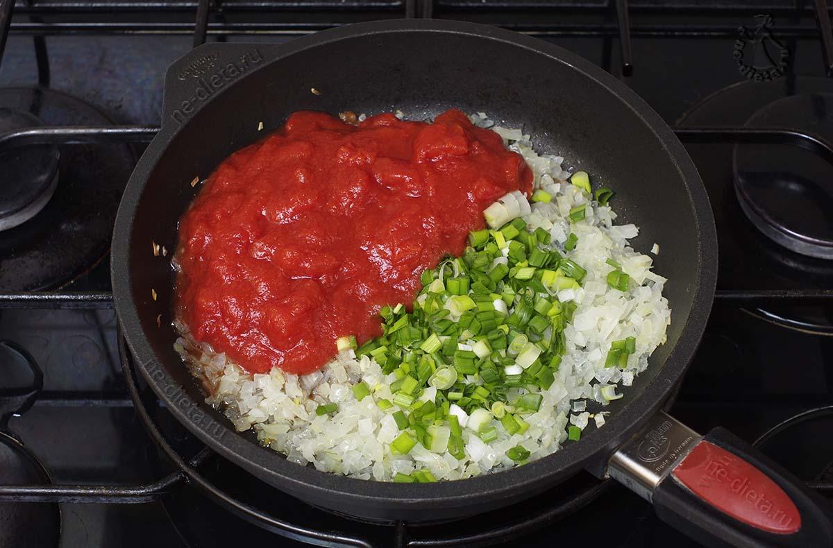Добавить томаты и зелень
