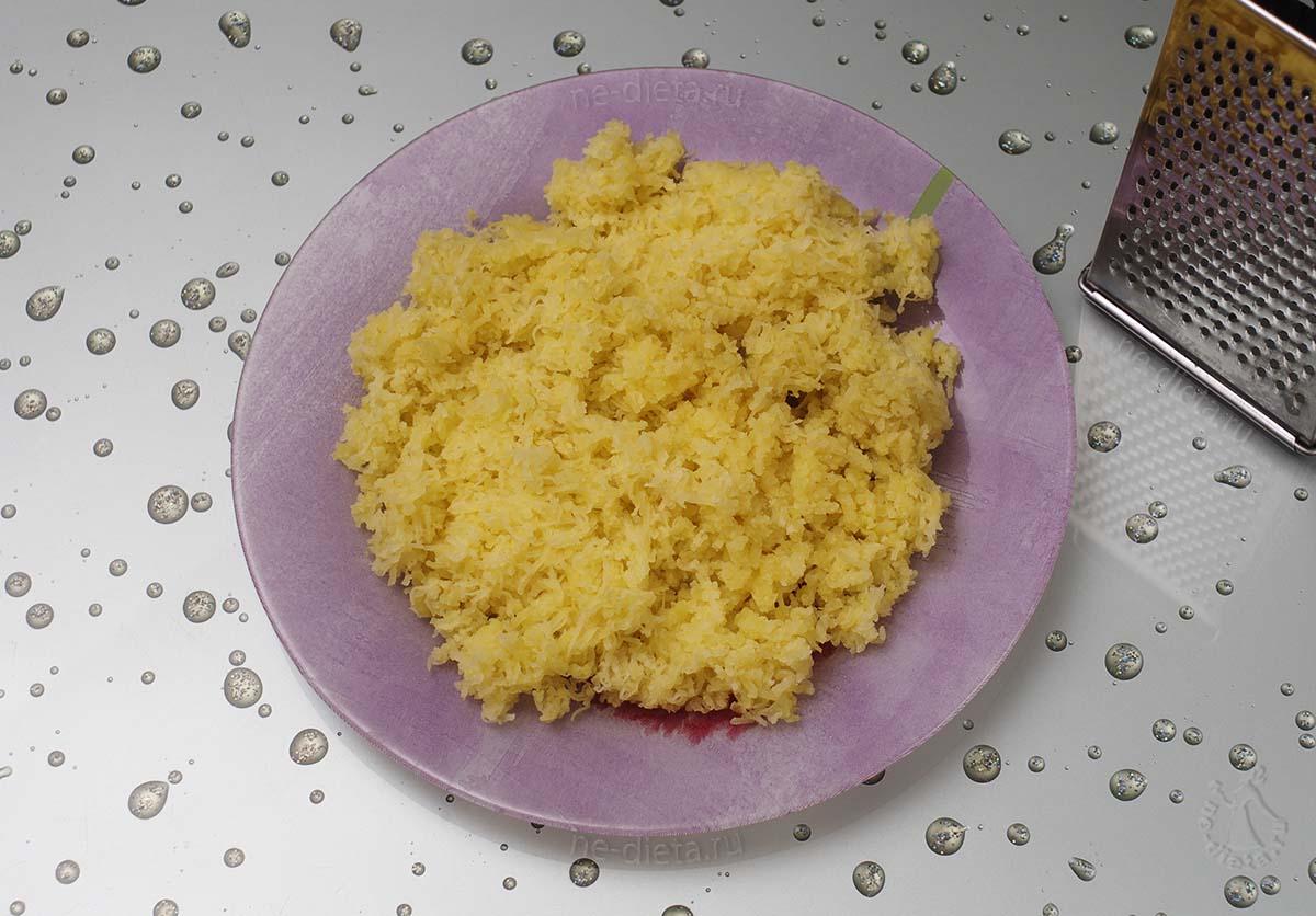Картофель натереть на мелкой терке