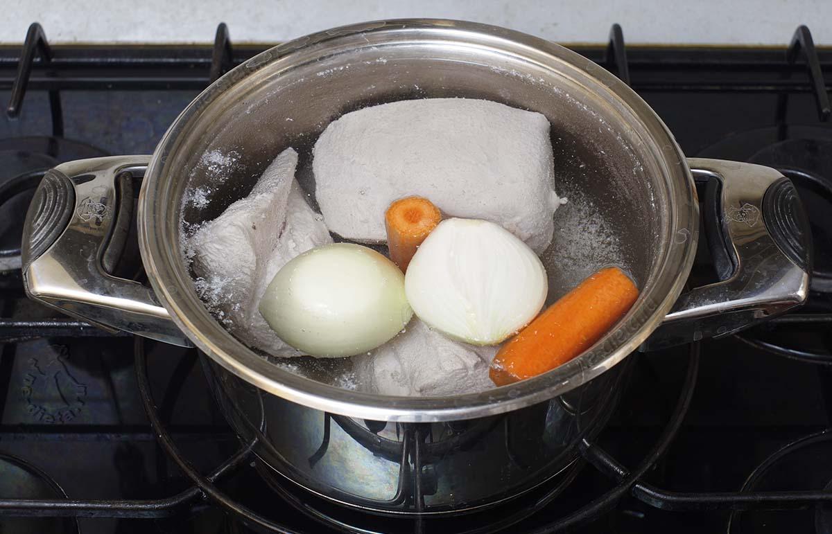Добавить к индейке лук и морковь