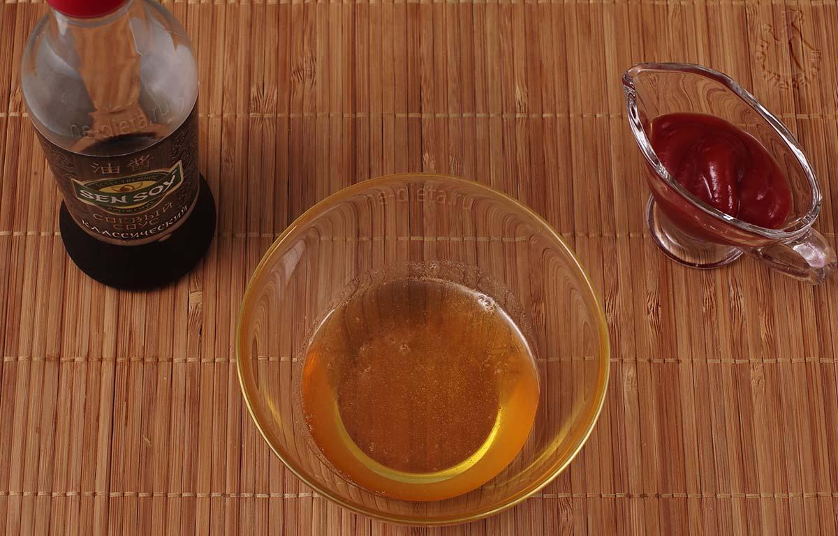 Мед смешать с кетчупом и соевым соусом