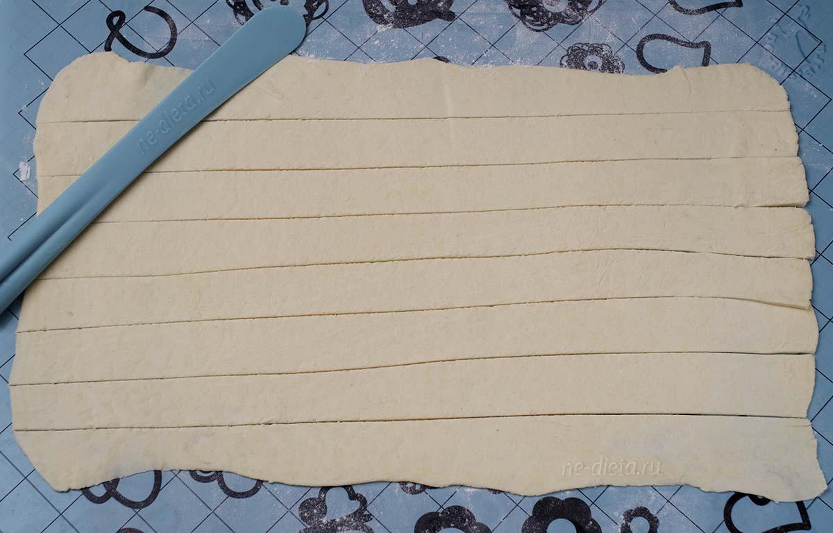Тесто нарезать полосками