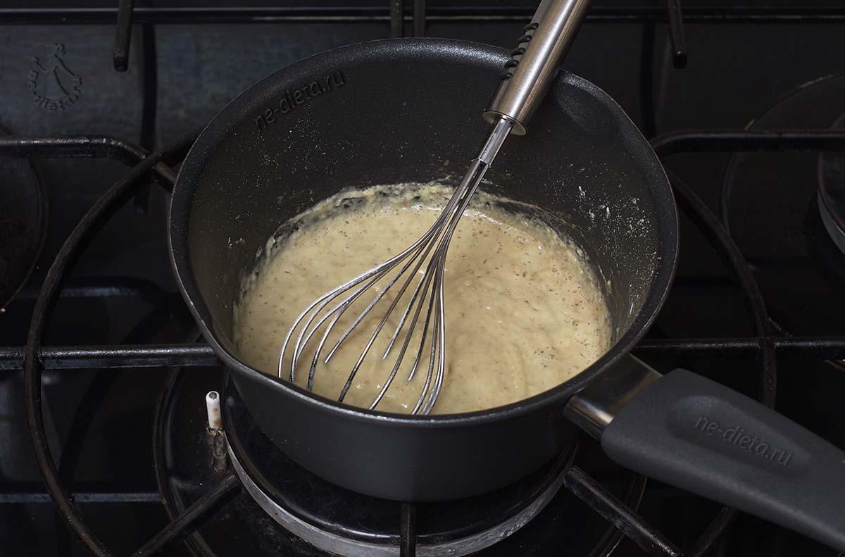 Муку обжарить на сливочном масле