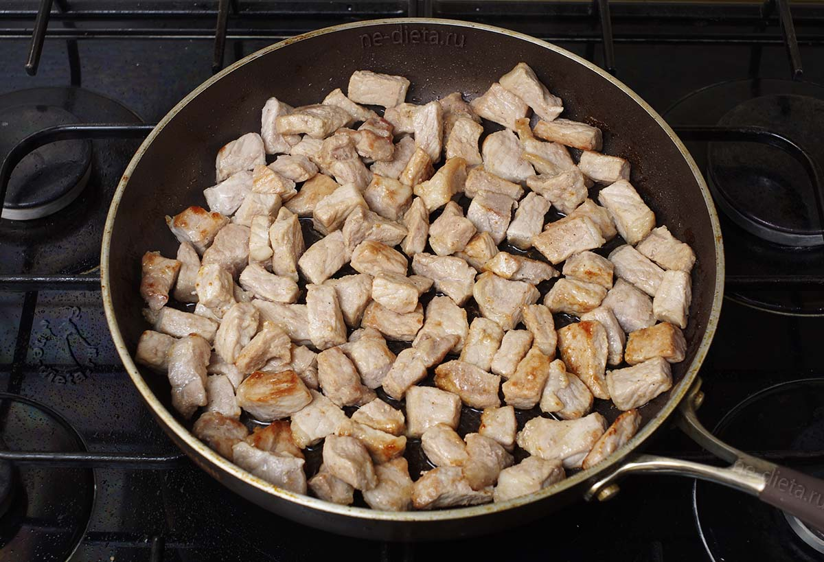 Свинину обжарить на сковороде