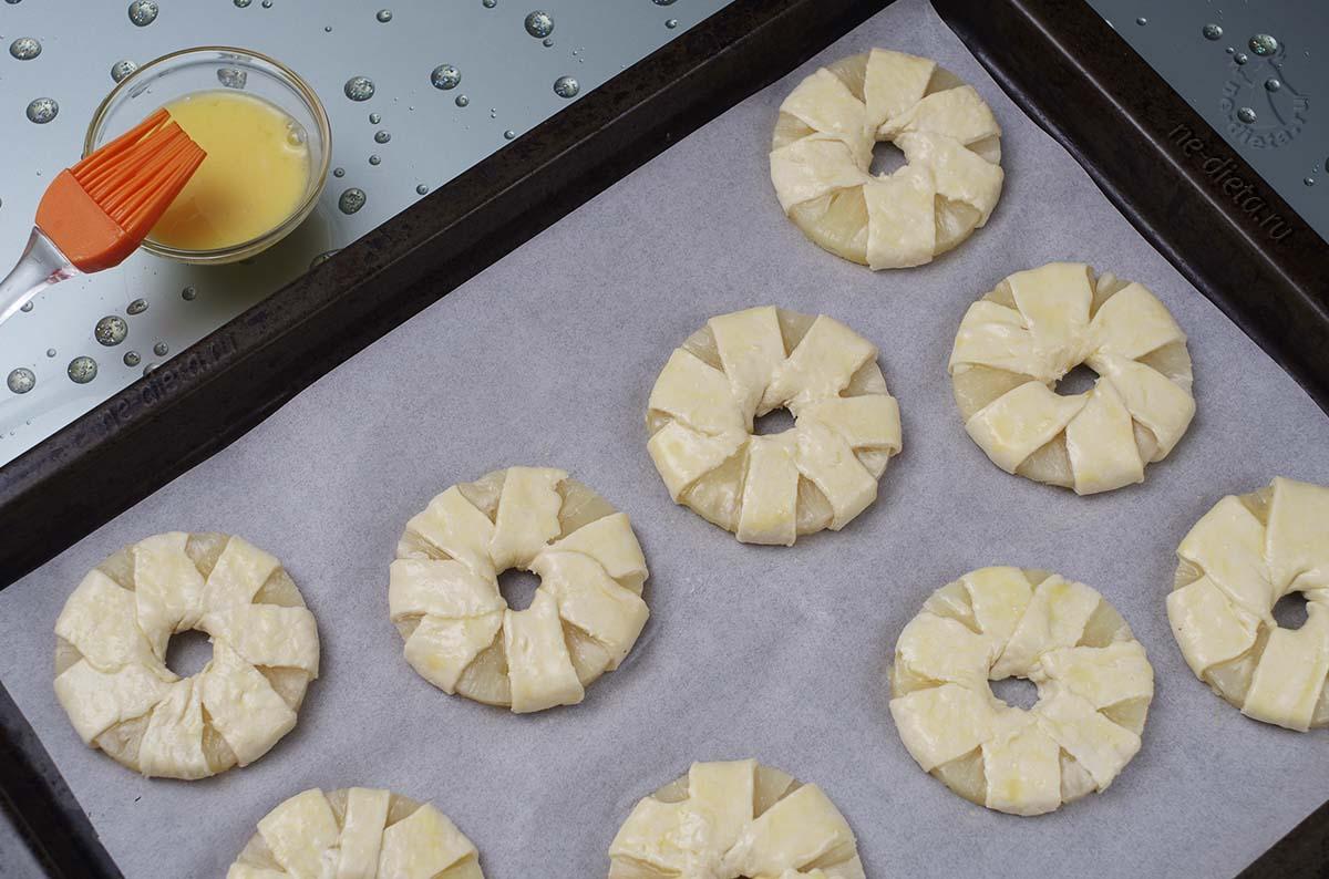 Ананасы в тесте смазать яйцом