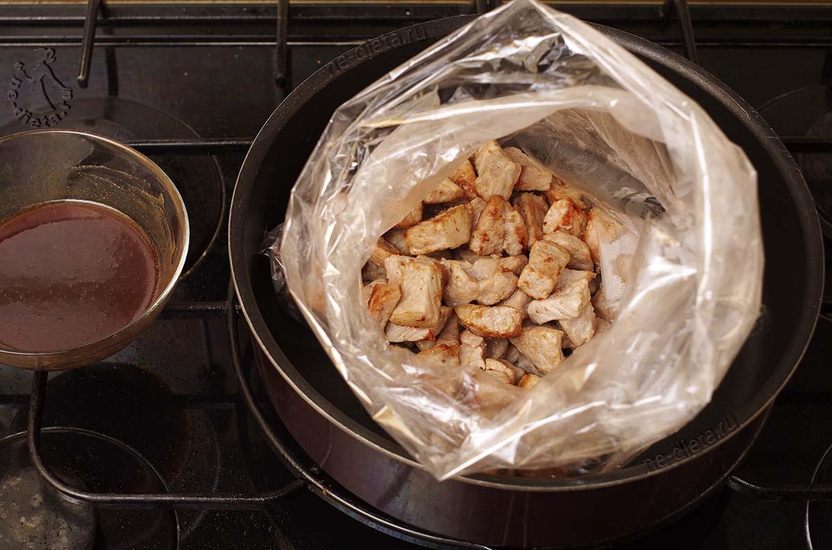 Свинину выложить в пакет и залить глазурью