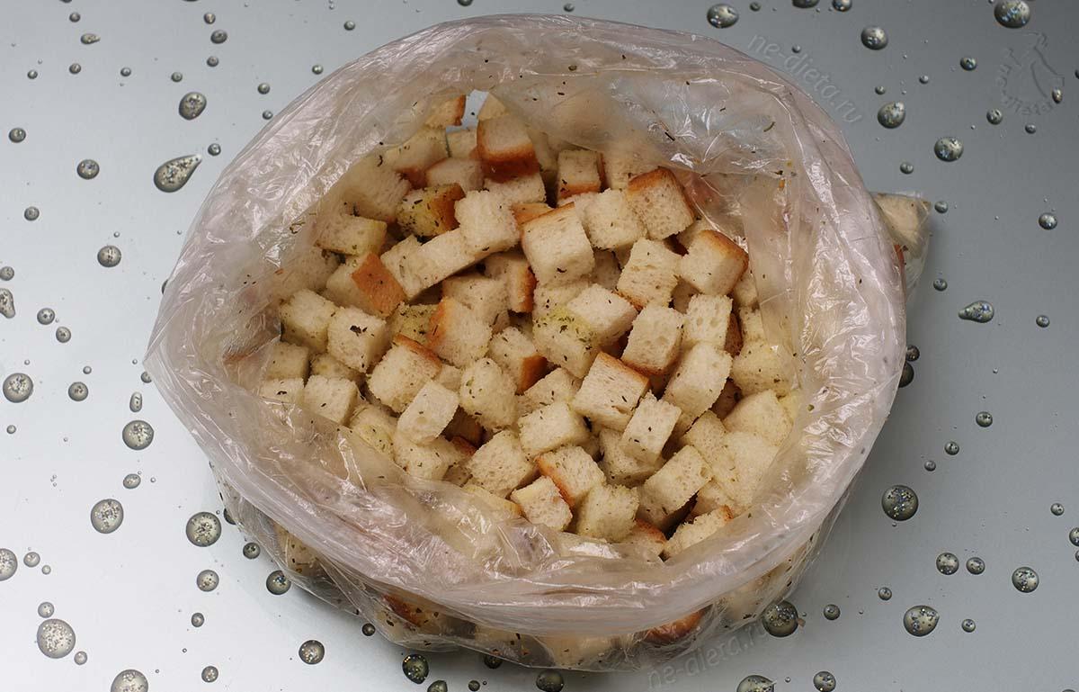 Хлеб и масло смешать в пакете