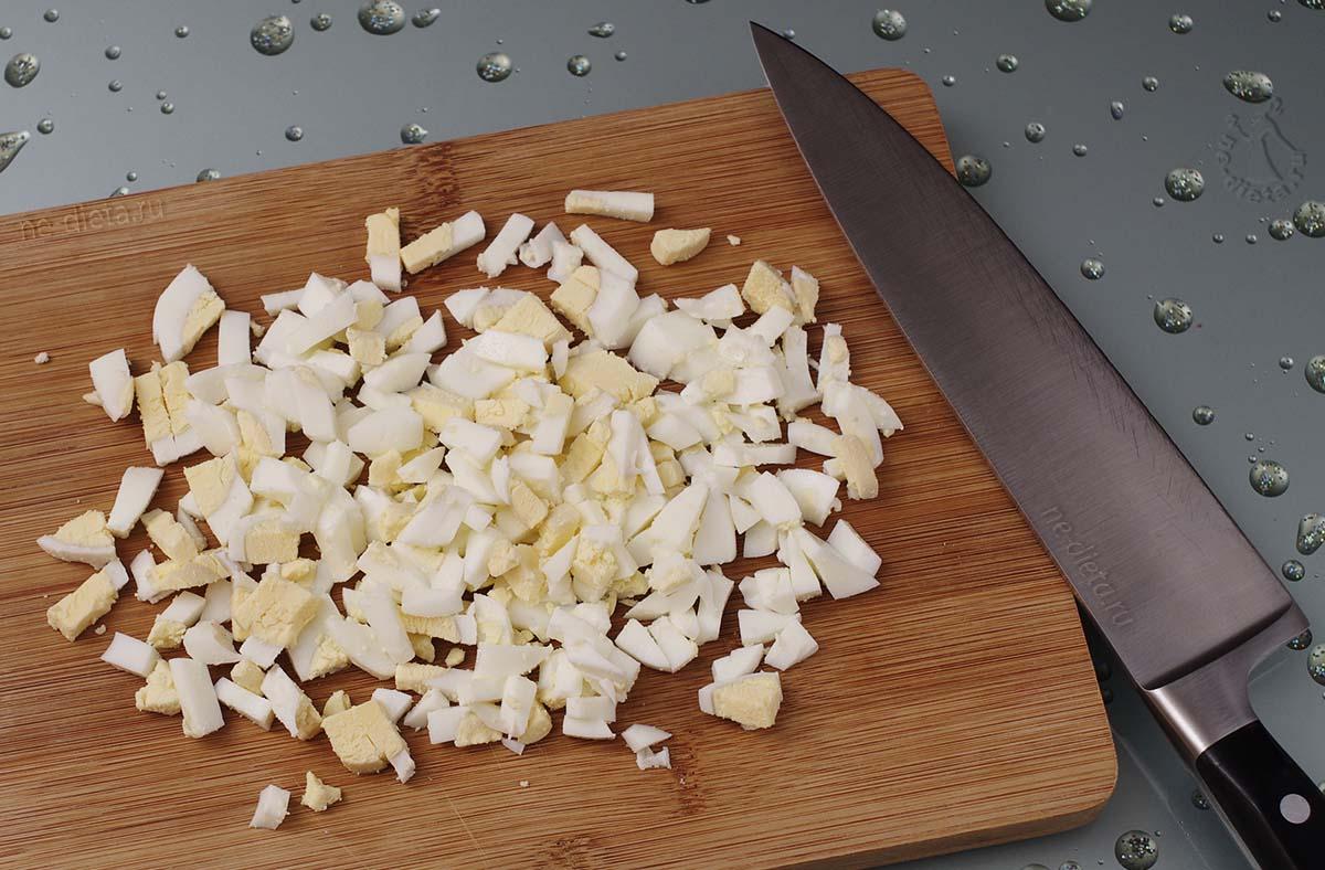 Яйца нарезать кубиками