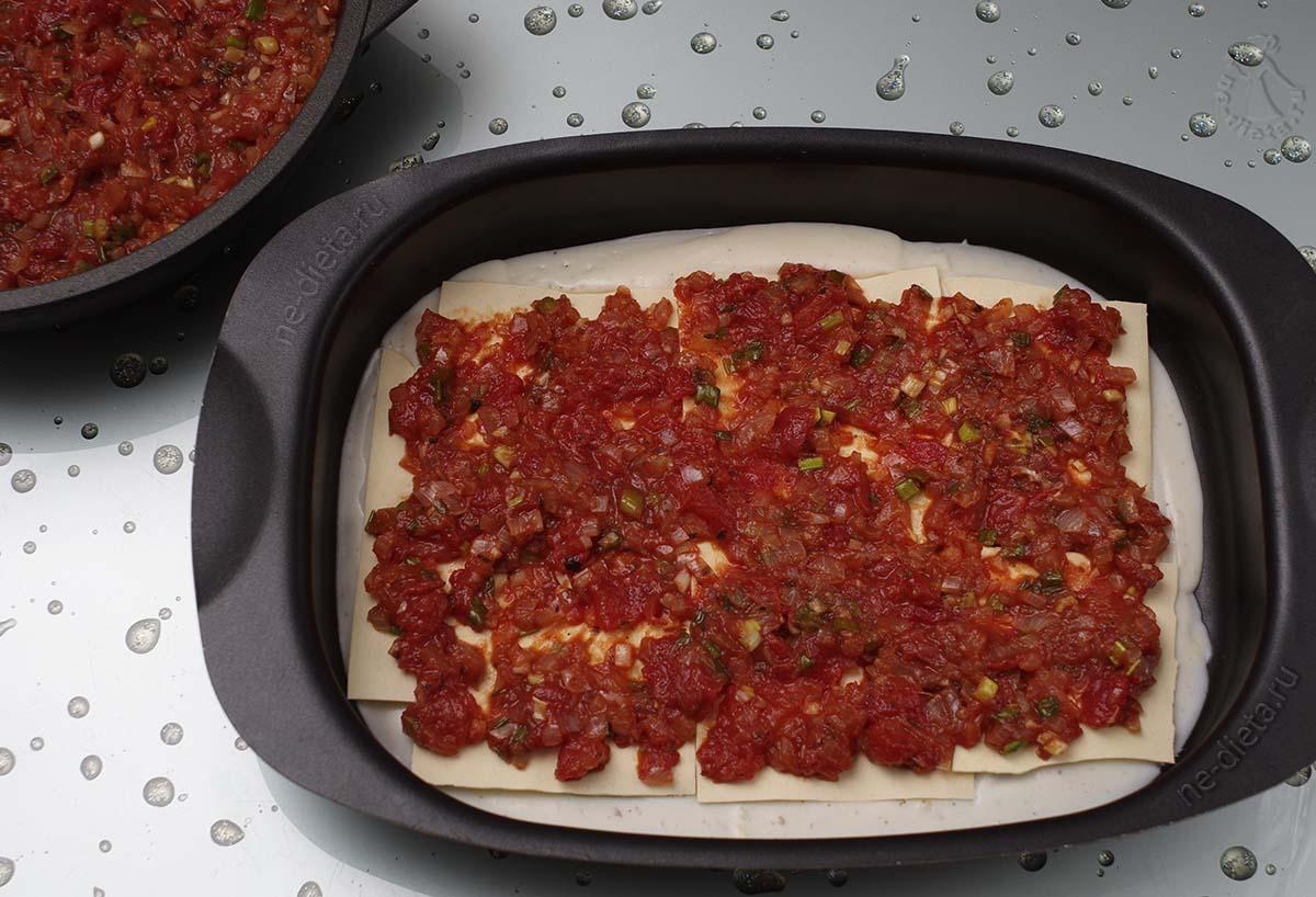 Выложить томатный соус
