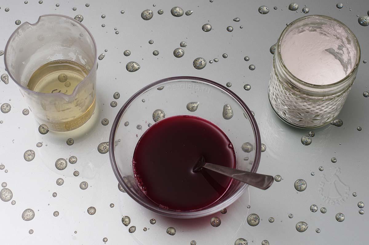 Малиновый сок смешать с сахарной пудрой  и желатином