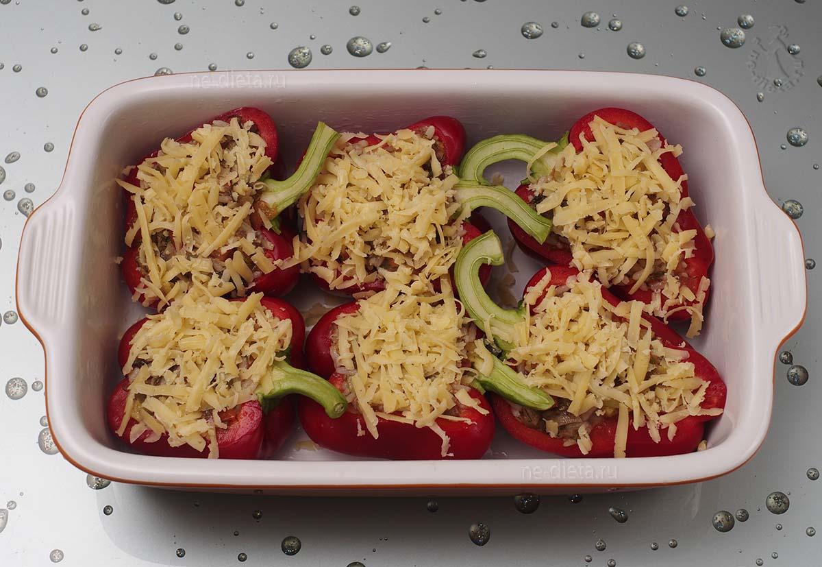 Фаршированные перцы посыпать сыром