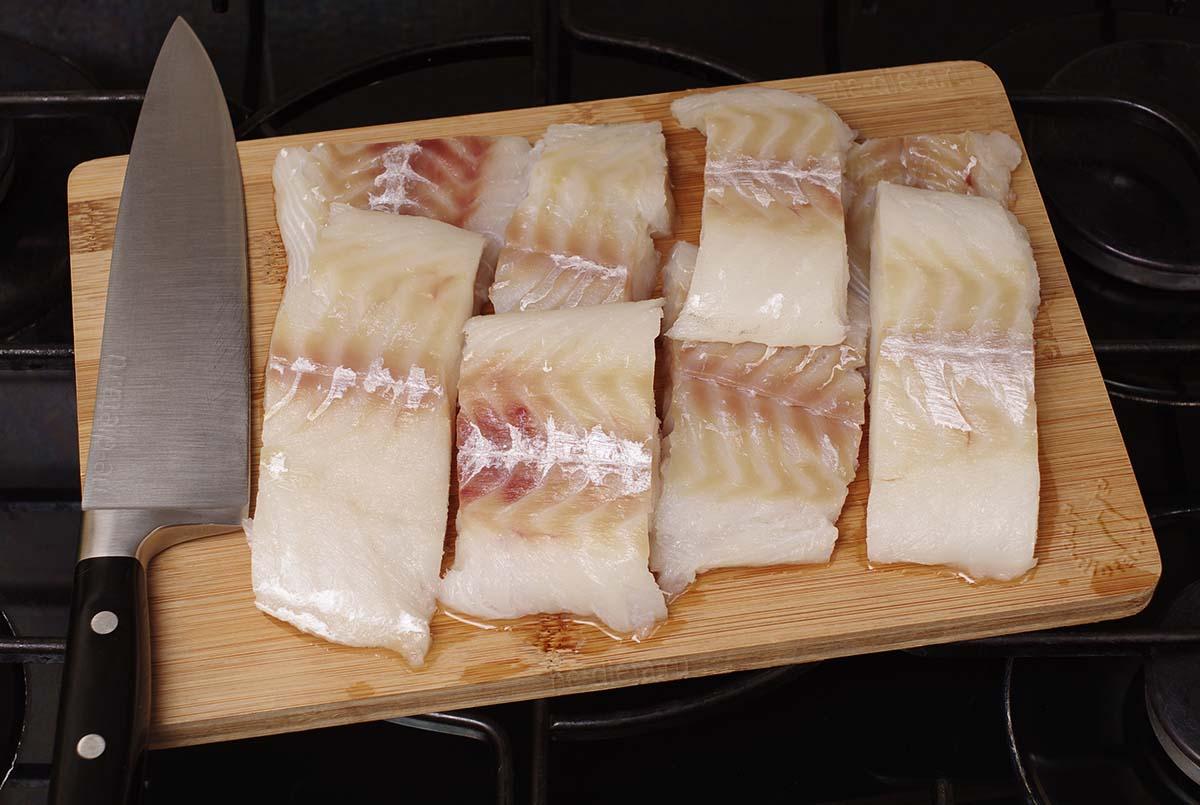 Рыбу нарезать порционными кусками