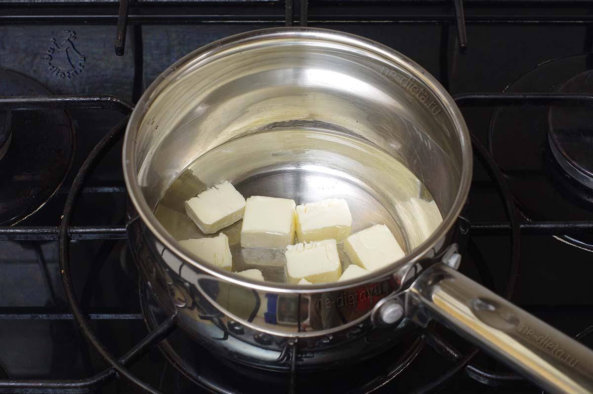 В воду добавить соль, сахар и масло