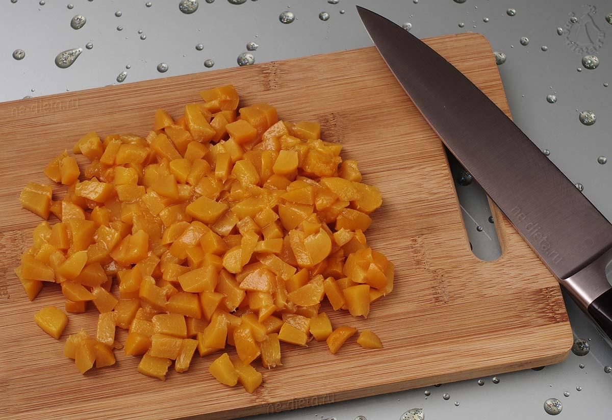 Персики нарезать кубиками