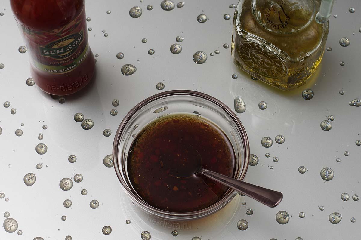 Смешать мед, оливковое масло, соевый соус и кисло-сладкий соус