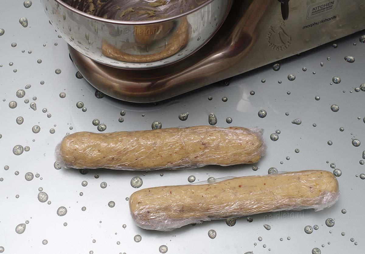 Из теста скатать две колбаски