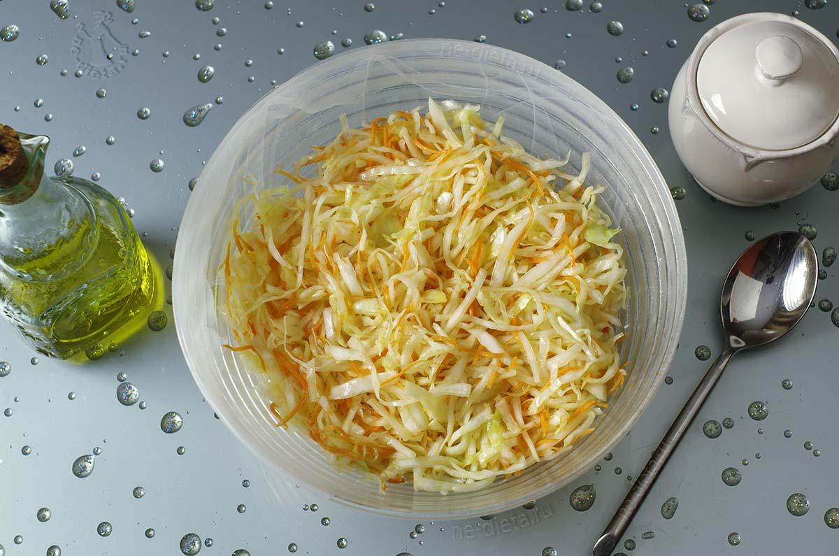 Салат из капусты заправить маслом и сахаром