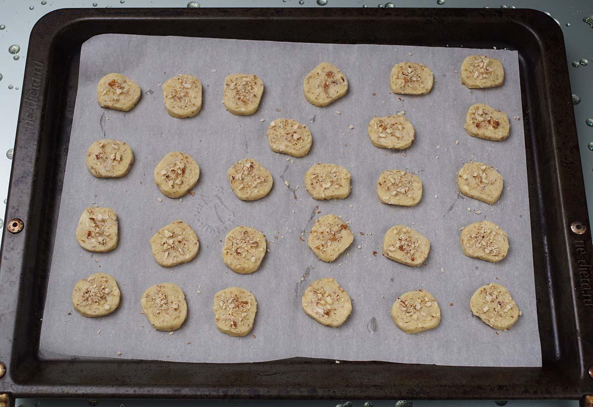 Печенье смазать белком и присыпать миндалем