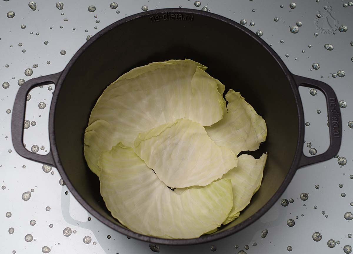 На дно казана выложить капусту