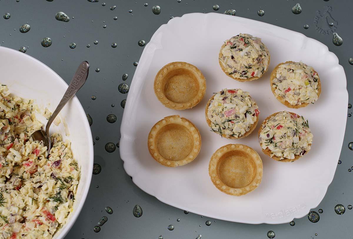 Крабовый салат разложить в тарталетки