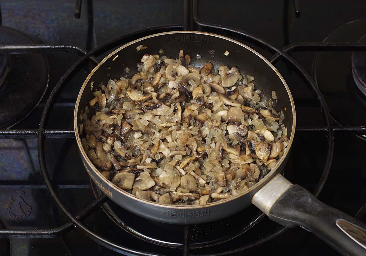 Грибы обжарить с луком