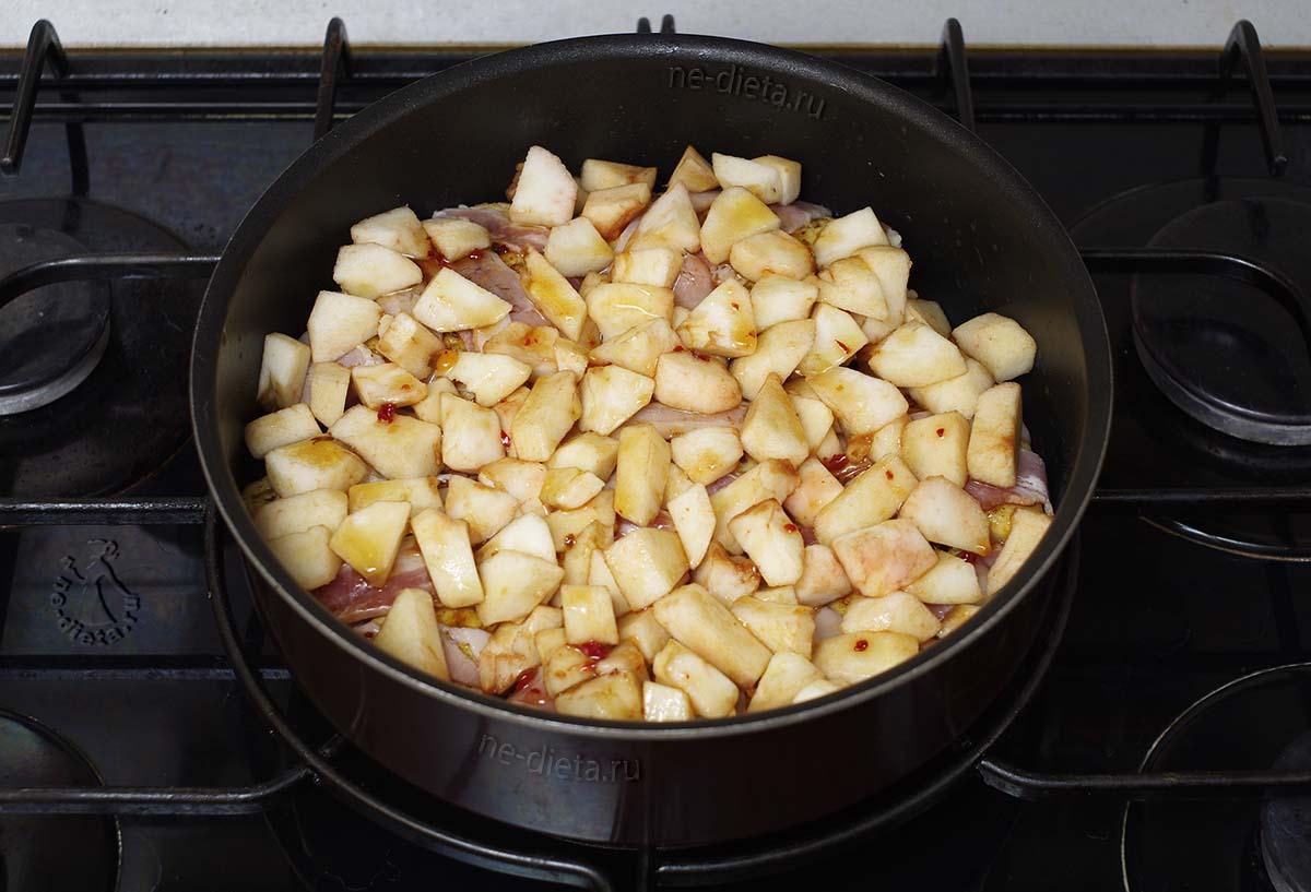 На курицу выложить яблоки и залить соусом