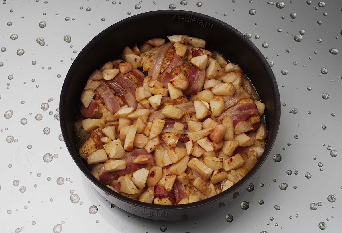 Куриное филе в беконе с яблоками