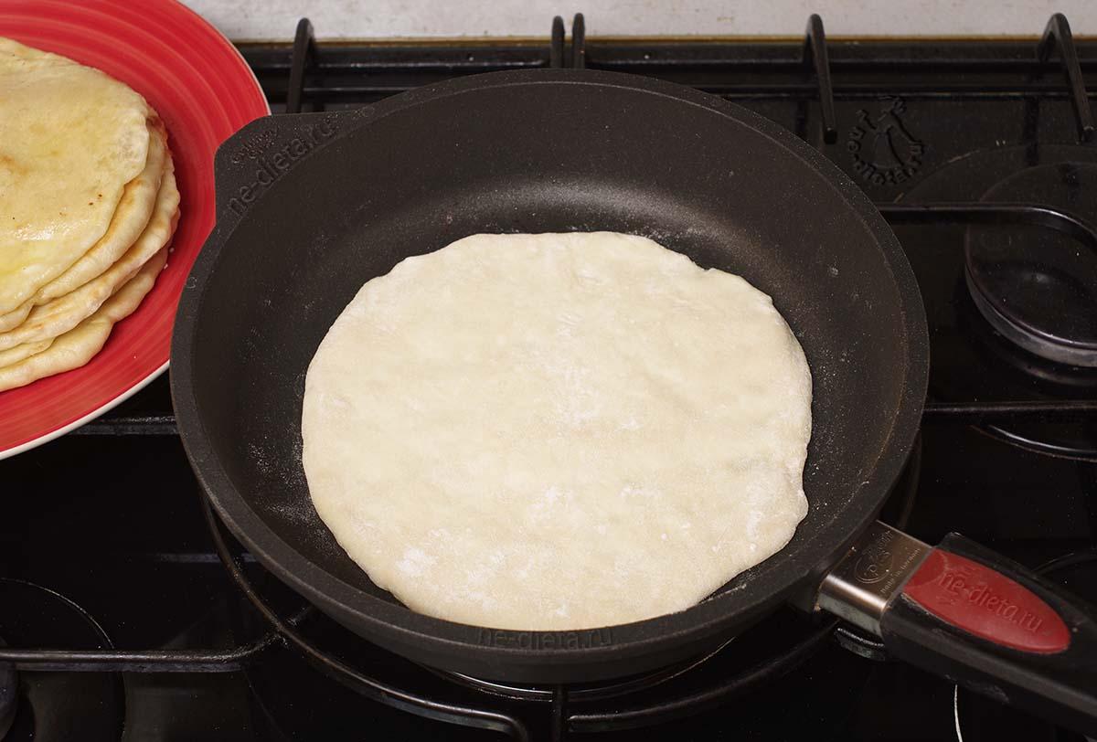 Хачапури обжарить на сухой сковороде
