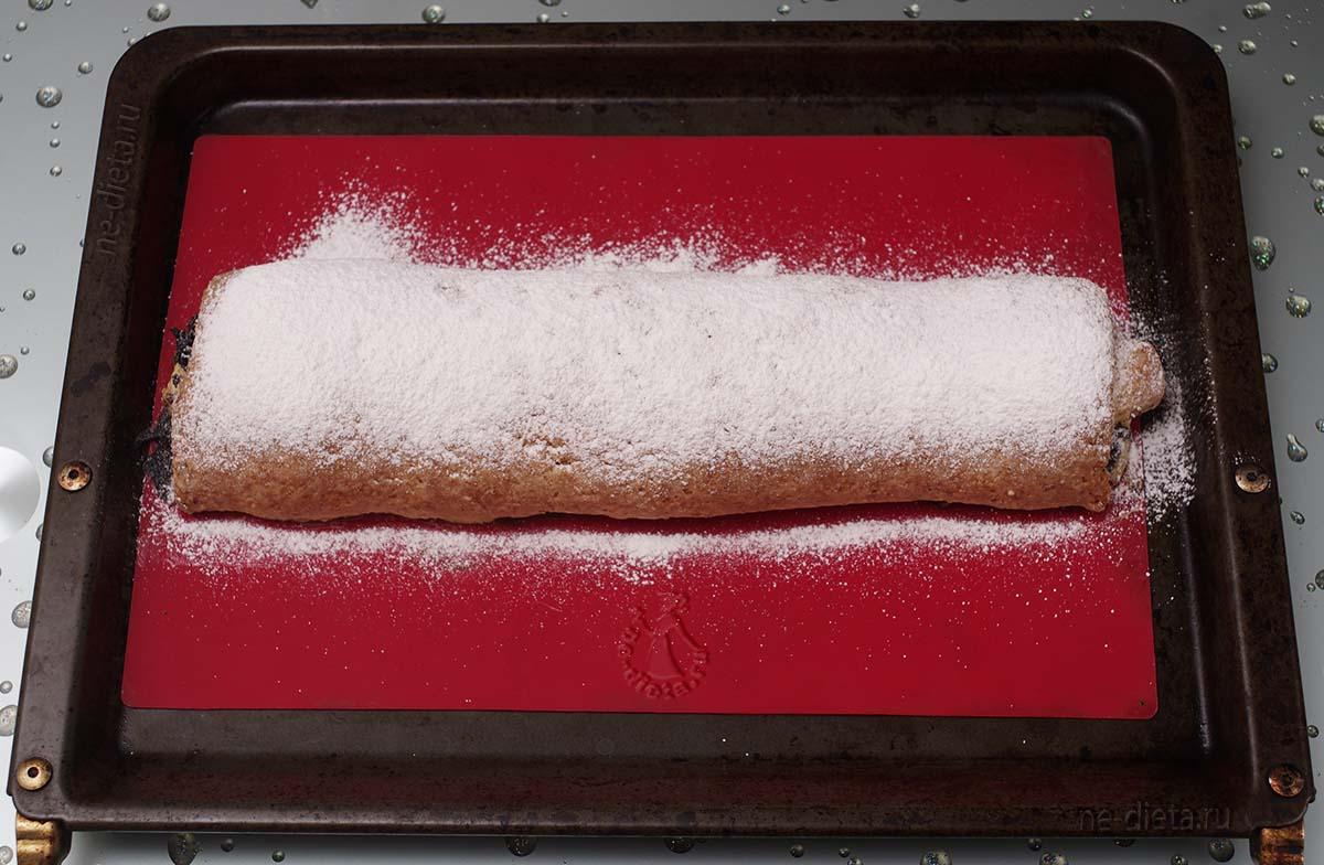 Рулет посыпать сахарной пудрой